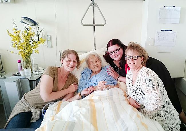 Das letzte Bild von Oma mit meiner Tante, meiner Mama und mir im Krankenhaus.